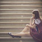 階段に座る女性